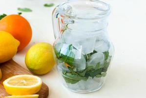 ijs en munt in een kan voor een cocktail, schijfjes citroen foto