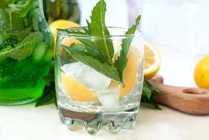 groene mojito-cocktail met ijs en munt