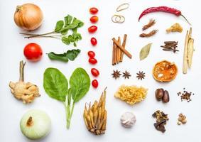 verse groenten en ander gezond voedsel op witte achtergrond. foto