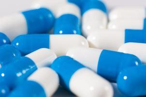 achtergrond van blauwe en witte capsule pillen foto