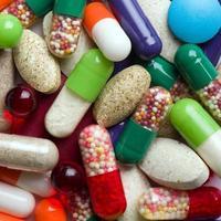pillen die op witte achtergrond worden geïsoleerd