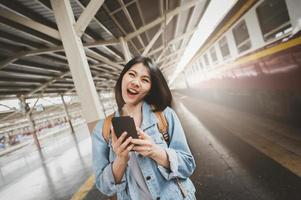 gelukkige vrouw touristholding smartphone