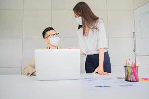 zakenmensen dragen gezichtsmasker foto