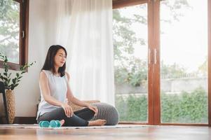 Aziatische vrouw doet yoga meditatie