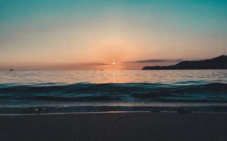 strand onder gouden uur zonsondergang