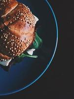 hamburger op blauwe keramische plaat foto