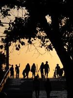 mensen lopen bij zonsondergang