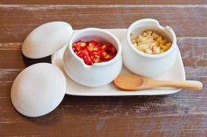 close-up van fijngehakte knoflook en chili foto