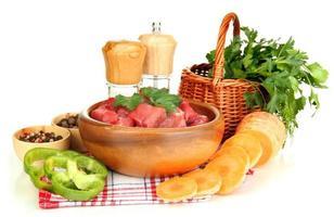 rauw rundvlees vlees met kruiden en specerijen geïsoleerd wit foto