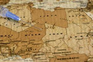 spuit op een kaart van Afrika foto