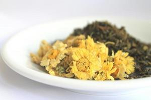 chrysanthemum en groene theebladeren foto