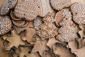 versierde peperkoek en koekjesmessen om te snijden foto