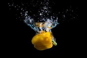 gele peper plons in water