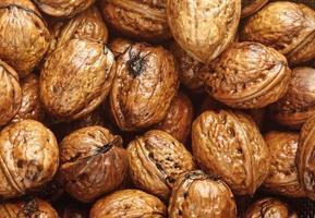 achtergrond van natte walnoten foto