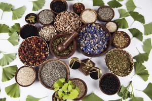 natuurlijke remedie, ginkgo en houten tafel achtergrond foto