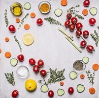 koken vegetarisch voedsel diverse groenten houten rustieke achtergrond bovenaanzicht foto