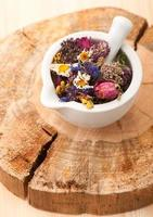 gedroogde kruiden en bloemen in vijzel foto
