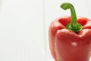 rode peper met waterdruppels foto