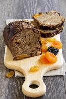 vakantie huisgemaakt brood met gedroogd fruit. foto