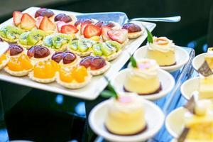 bruidstaart en dessert bij de receptie foto