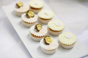 witte vanille crème cupcakes op een bord foto
