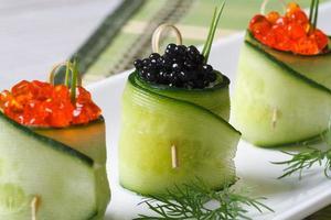 komkommerrolletjes gevuld met rode en zwarte kaviaar foto