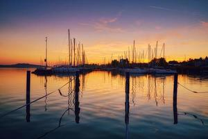 boten op dok zonsondergang