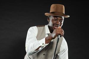 zwarte amerikaanse jazz-zangeres. wijnoogst. studio opname. foto