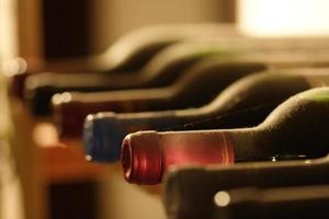 wijnflessen in een plank foto