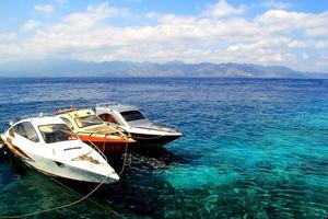 drie speedboten op zee foto