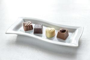 chocoladesuikergoed van verschillende vormen foto