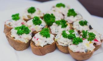 prachtig gedecoreerde horeca feesttafel met verschillende hapjes hapjes foto
