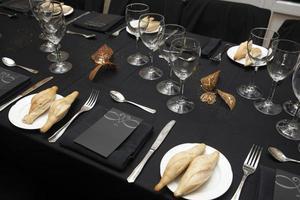 servies in een restauranttafel foto