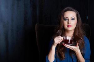 vrouw met thee foto