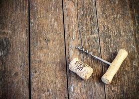 kurkentrekker en kurk van wijn foto