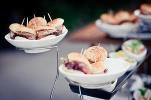 eten en drinken op bruiloftstafel foto