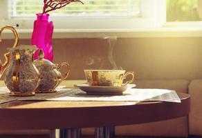 vergulde kopje koffie op tafel in café. afgezwakt foto
