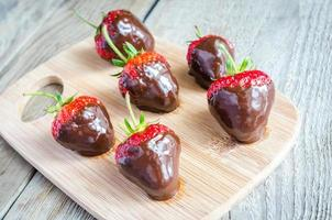 verse aardbeien bedekt met pure chocolade foto
