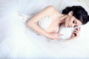 elegante bruid met donker haar in luxe trouwjurk