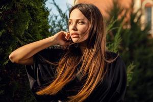 buitenshuis portret van mooi meisje in luxe lange zwarte jurk. foto