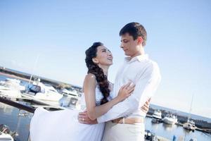 bruid en bruidegom op de achtergrond van de jachtclub, jong foto