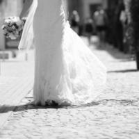 stijlvolle bruid straat lopen foto
