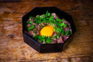 vers gemaakte steak tartaar met rauw eigeel foto