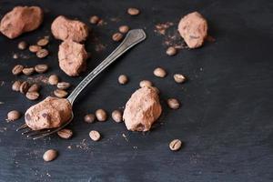chocoladetruffels in een bijzondere vorm met metalen bestek foto