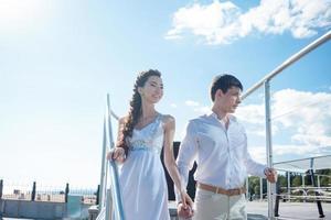 bruid en bruidegom op de achtergrond van het glazen gebouw, jong foto