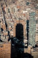 wolkenkrabber werpt een schaduw op aangrenzende gebouwen foto