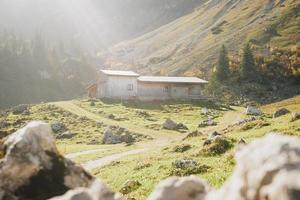 houten huis op groen grasveld foto