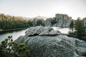 rotsformaties dichtbij bos foto