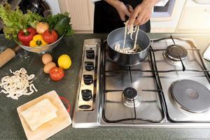 close-up van persoon thuis koken