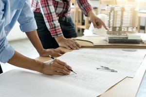 architecten die aan blauwdrukken werken foto